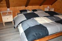 Schlafzimmer 1 (Grosses Bett für 2 Personen)