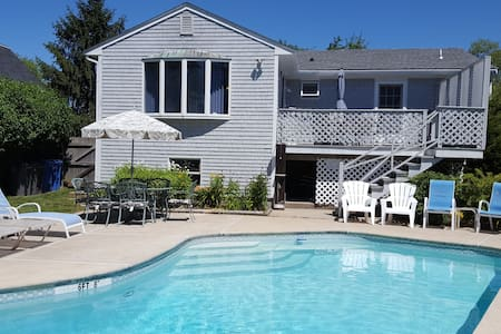 Newport 4BD sleeps 8 close 2 town POOL Central AC