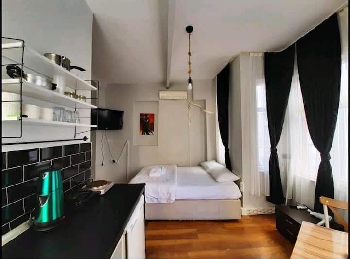 Cozy studio apartment in Galata