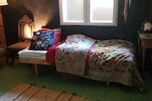 Upstairs bedroom with 2 singlebeds