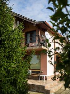Cozy private village with a beautiful garden - Radinovo - Hus