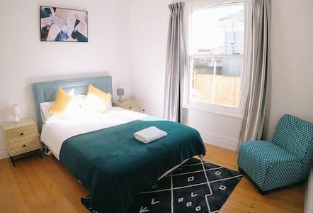 10 mins to CBD , Double Bedroom (Room A)