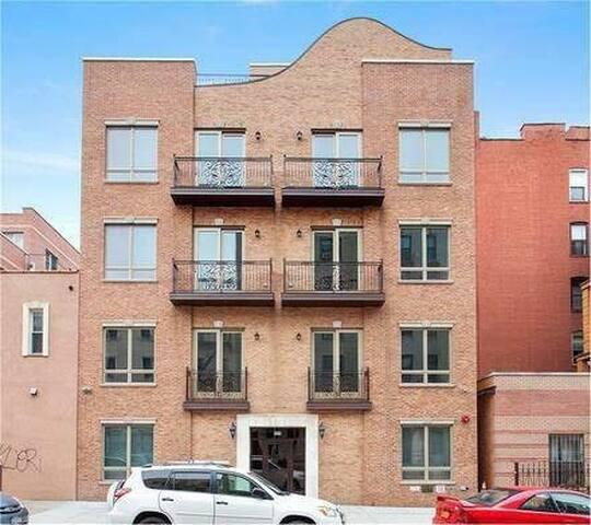 New Apartment w/private yard in PRIME Williamsburg
