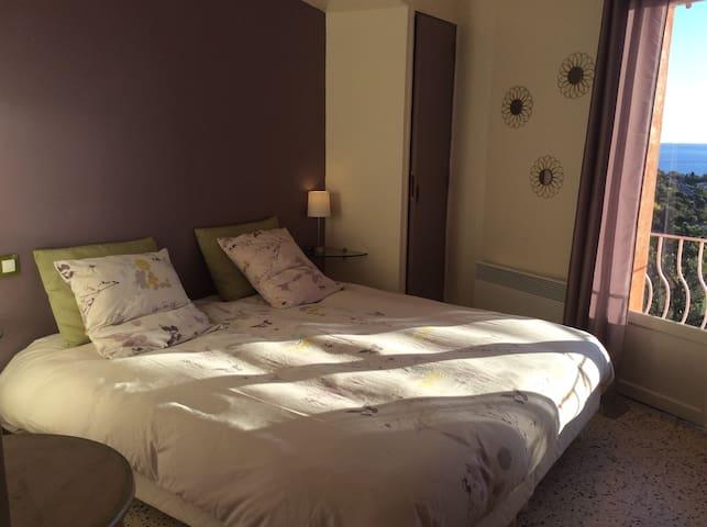 Votre chambre avec un grand lit 180/200 que l'on peut mettre en lits séparés si vous nous le demandez , avec une couette bien chaude pour l'hiver.
