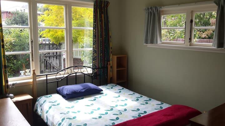 Sunny room in cosy home near Sumner beach