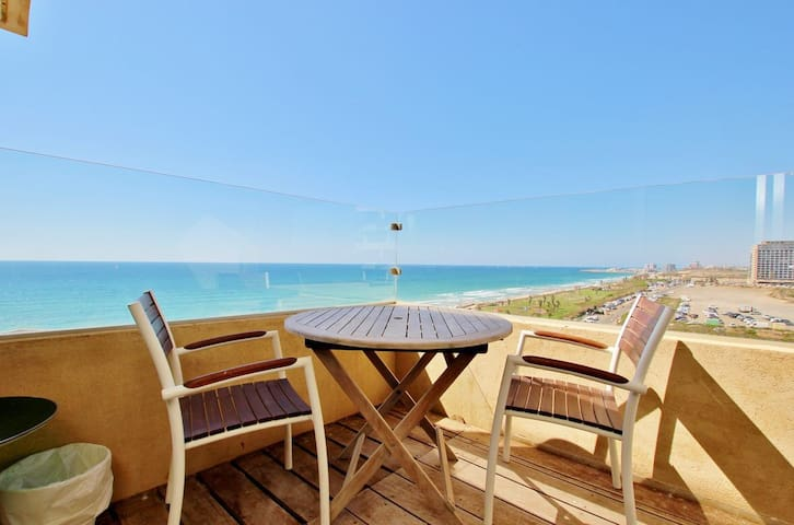 INDOOR/OUTDOOR POOL & SEA VIEW 3.5 ROOMS TLV APT