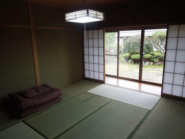 和室8帖Cです。お布団でお休みください。
