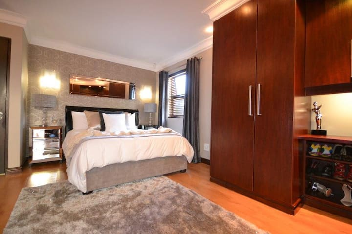 Comfortable main bedroom, queen size bed