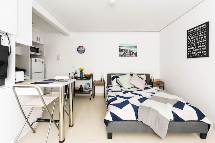 Modern Studio Apartment Close to St. Kilda Beach