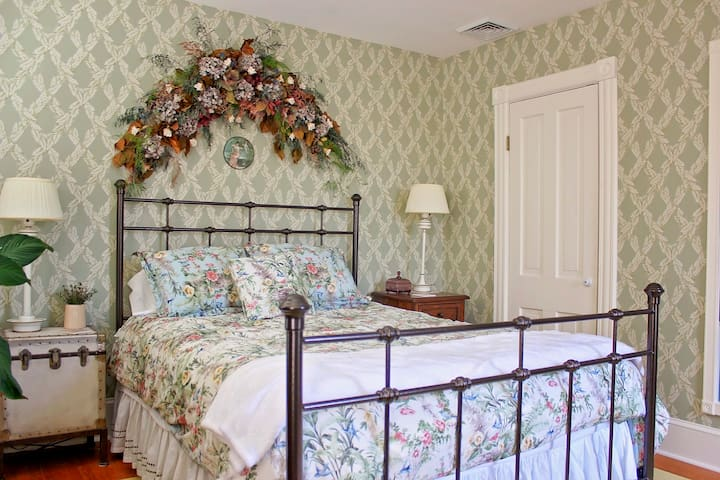 Weekend Getaway: Hopewell House B & B  Metric Rm