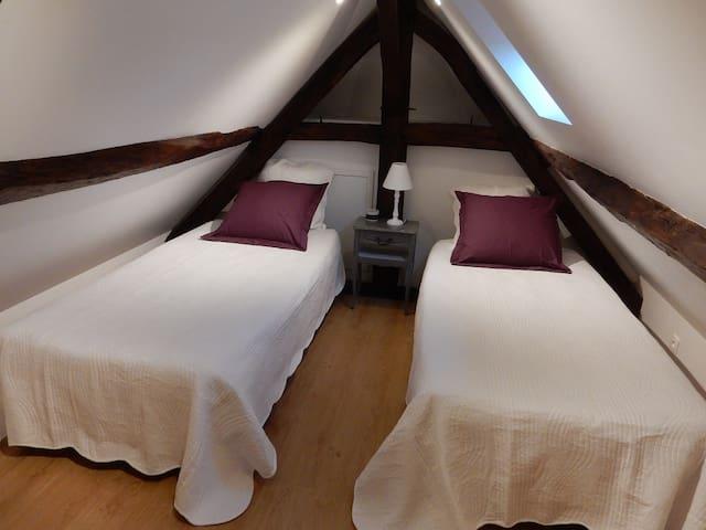 Deux lits 95X200 sont disposés dans la chambre sous combles.