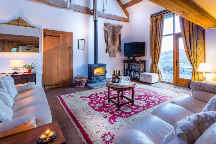 Blissful Swallow Barn sleeps 8 with amazing views!