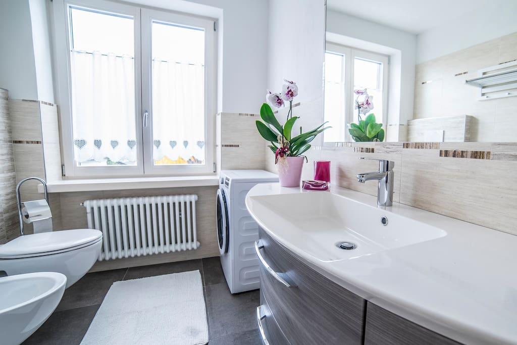 ampio bagno con lavatrice