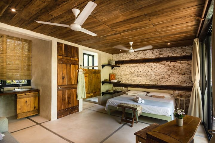Each room has an ensuite bathroom and a basic kitchenette with some utensils and dishes, a gas stove and a mini fridge.  We are at the jungle, please don´t forget to keep all the food and drinks inside of the mini fridge.