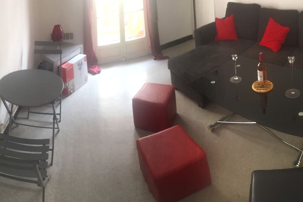 Salon avec canapé convertible et table basse convertible en table de salle à manger
