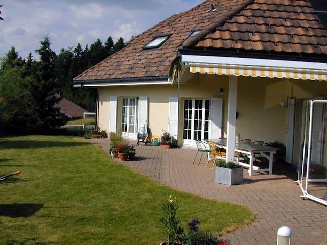 Villa am Waldrand B&B