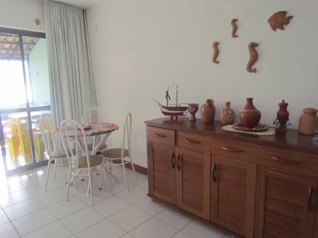 Mesa e cômoda na sala