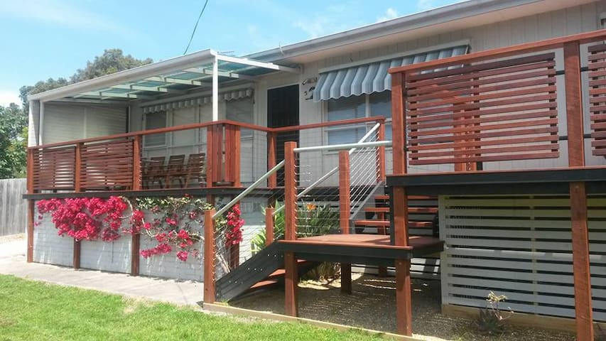 Holiday House with Retro Vibe plus sep apt if req - Mallacoota - Hus