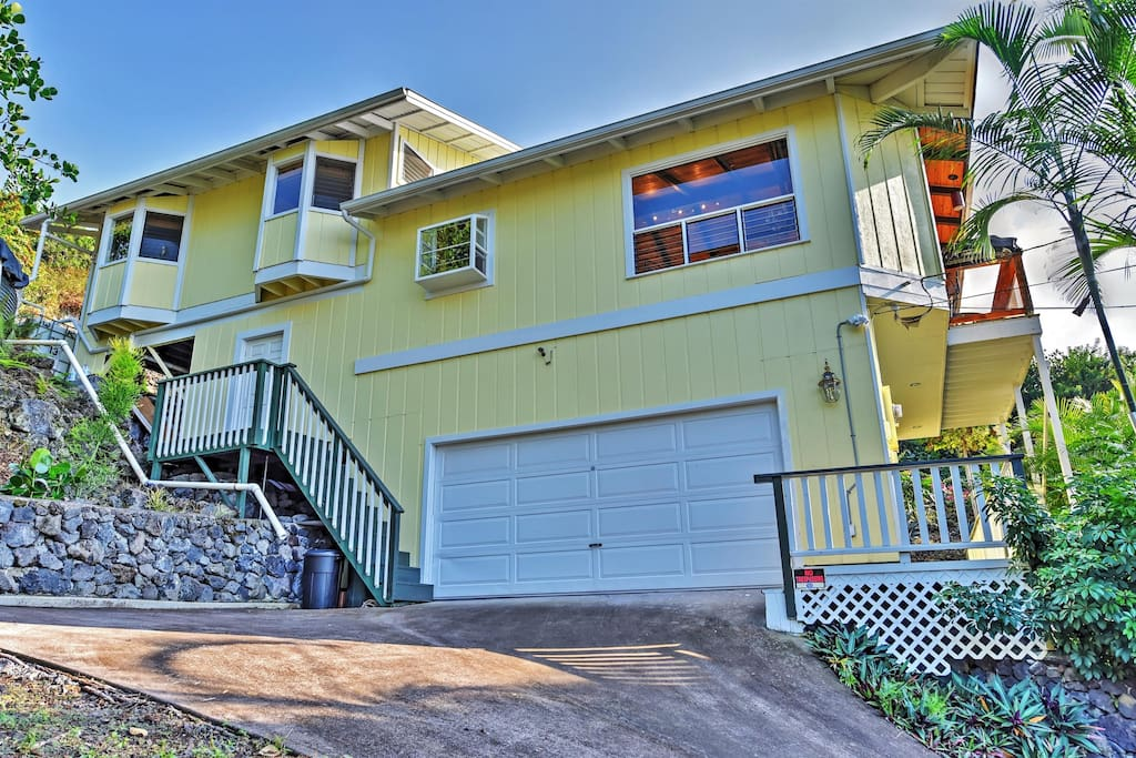Let this remarkable Captain Cook vacation rental home serve as your own personal oasis during your time in Hawaii!
