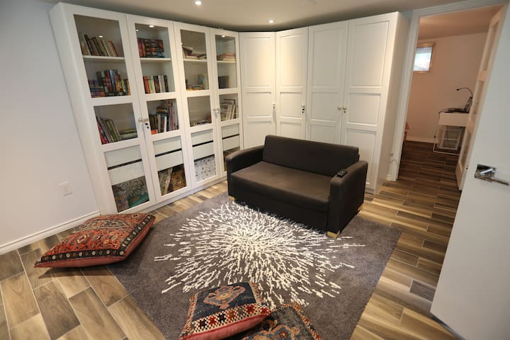 Cozy basement suite near Shops at Don Mills