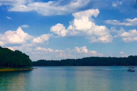Relaxing retreat on Lake Hartwell.