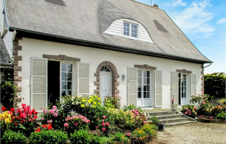Holiday cottage with 5 bedrooms on 136m² in Surville