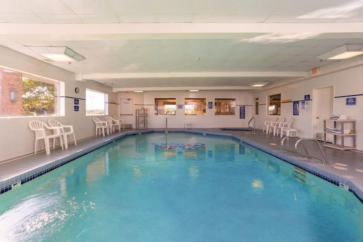 GREAT STAY! THREE COMFY UNITS FOR 12, SAUNA, POOL