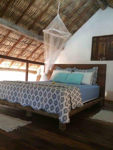 Quarto rústico e romântico. Teto de palha, piso em madeira e a melhor vista para o mar de Canoa Quebrada.