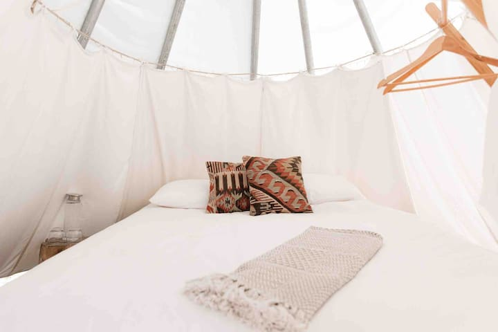 ROMANTIC GLAMPING GETAWAY Incl. Breakfast