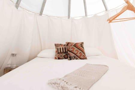 Romantic Glamping Getaway near Matakana