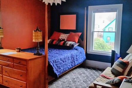 Our bright, cheery and sunfilled orange room - Portland - Haus