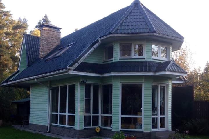Солнечный просторный дом для отдыха 6-7 человек.