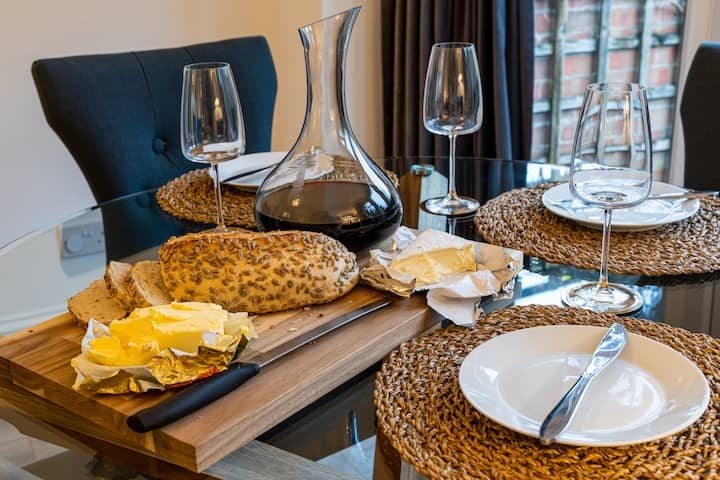 Self-contained Stylish Executive House - ideal for groups needing stylish serviced accommodation