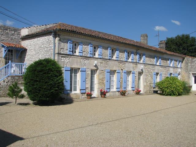 Gîte 6 personnes avec piscine - Saint-Simon-de-Pellouaille - Allotjament sostenible a la natura
