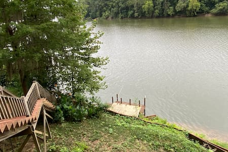Private dock, full apartment on the river in Selma