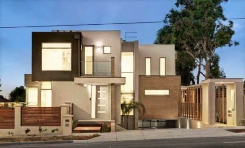Brand New Luxury Townhouse 3BR/3BTH - Doncaster - Townhouse