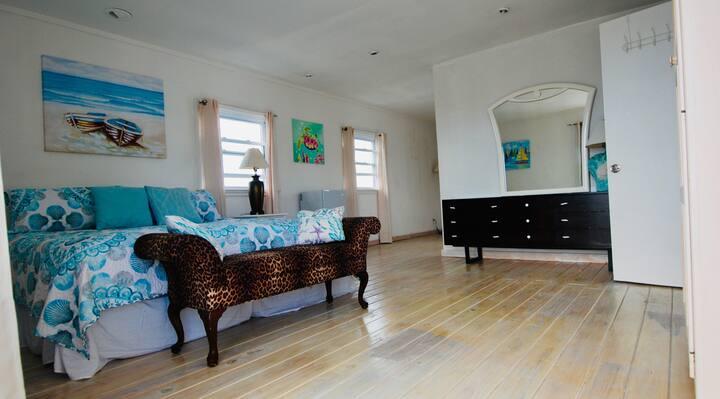 Full Circle Houseboat Marina Suite