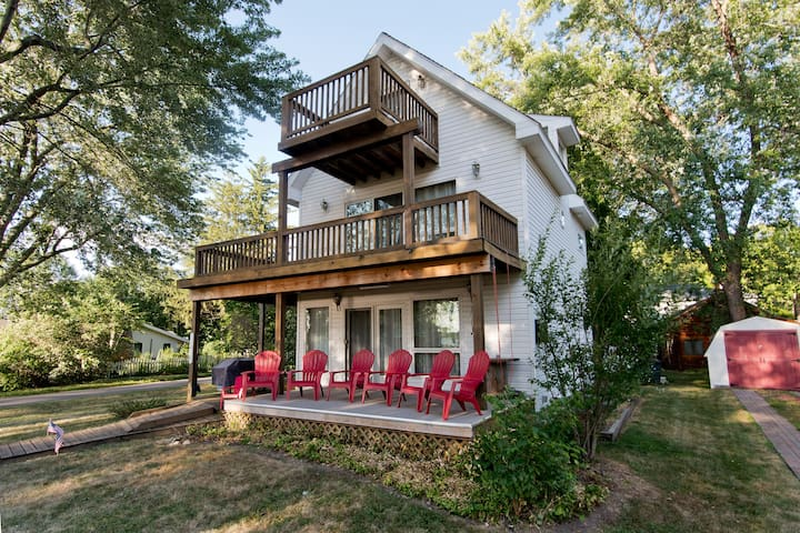 Renovated Lakehouse w/Beach, Water Slides & Kayaks