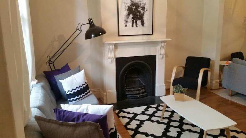 3 bedroom fully renovated City terrace (sleeps 6) - Redfern