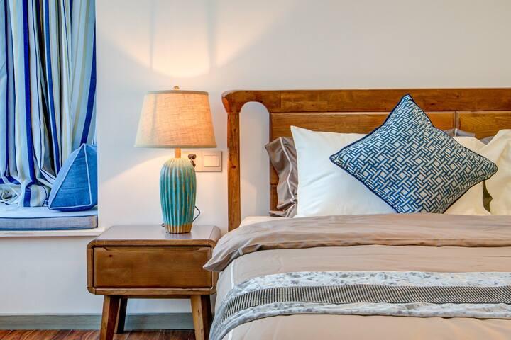 主人房一角。偏现代中式风格,全实木180*200加大双人床,超五星贡缎床品