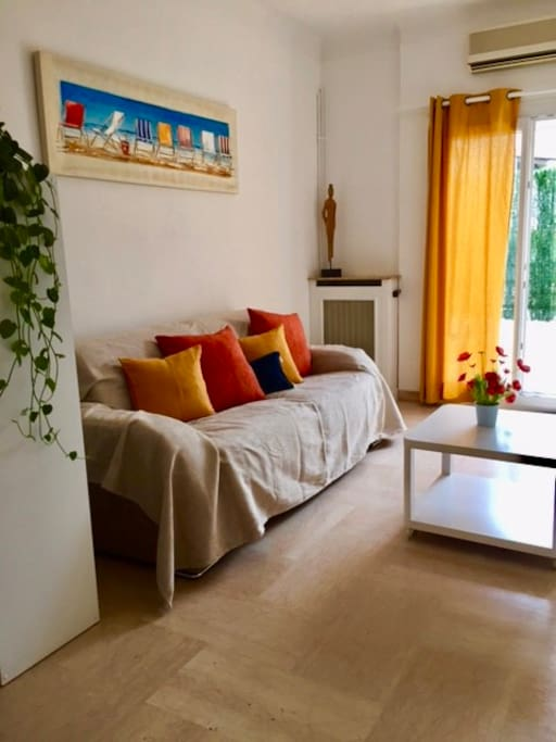 Salon avec canapé lit et climatisation exposé plein sud