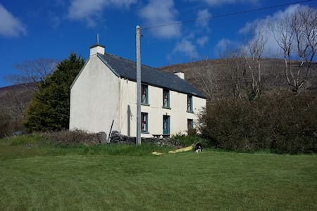 Cosy dog friendly rural home with mountain views
