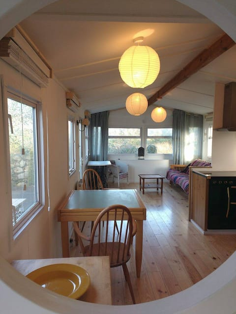 Quiet and quirky mobile home 5 mins from the beach