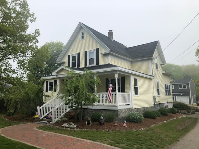 Open, airy, cozy Portsmouth New Englander: 3BD/2BA