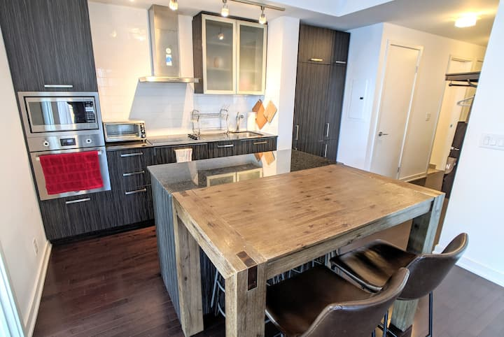Modern & Bright 2BR Condo in Entertainment District