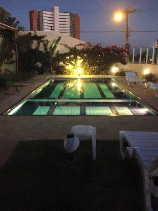 Vista piscina à noite