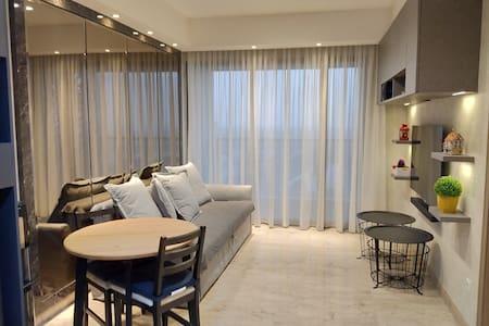 Gold Coast Apartment PIK+Bluray movies+OLED+Atmos!