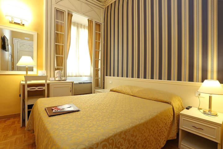 Elegant room in Veneto street