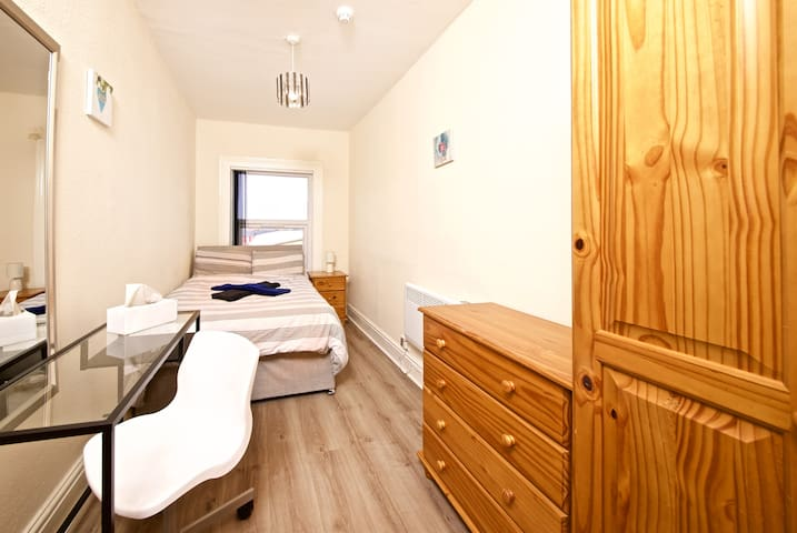 Double bed - 17 min by bus to Liverpool city (A3)