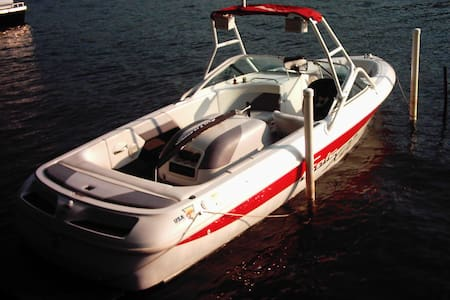 SKI BOAT WITH DRIVER FOR RENT - Stratford